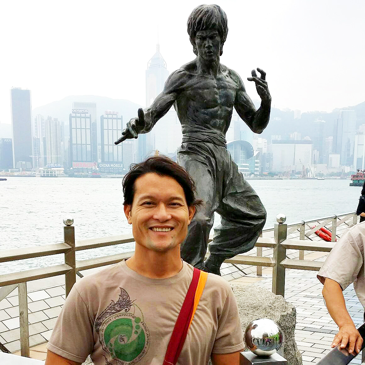 Sifu-maestro-tylus-quan-do-en-hong-kong-con-estatua-de-bruce-lee-avenida-estrellas-Tsim-sha-tsui